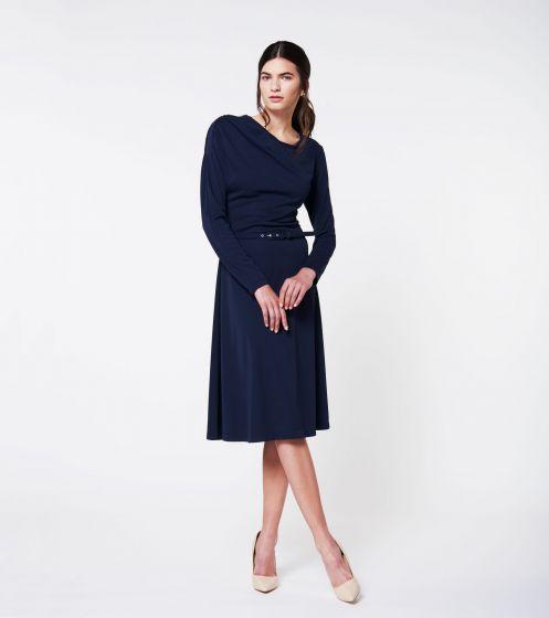 schoenen onder blauwe jurk